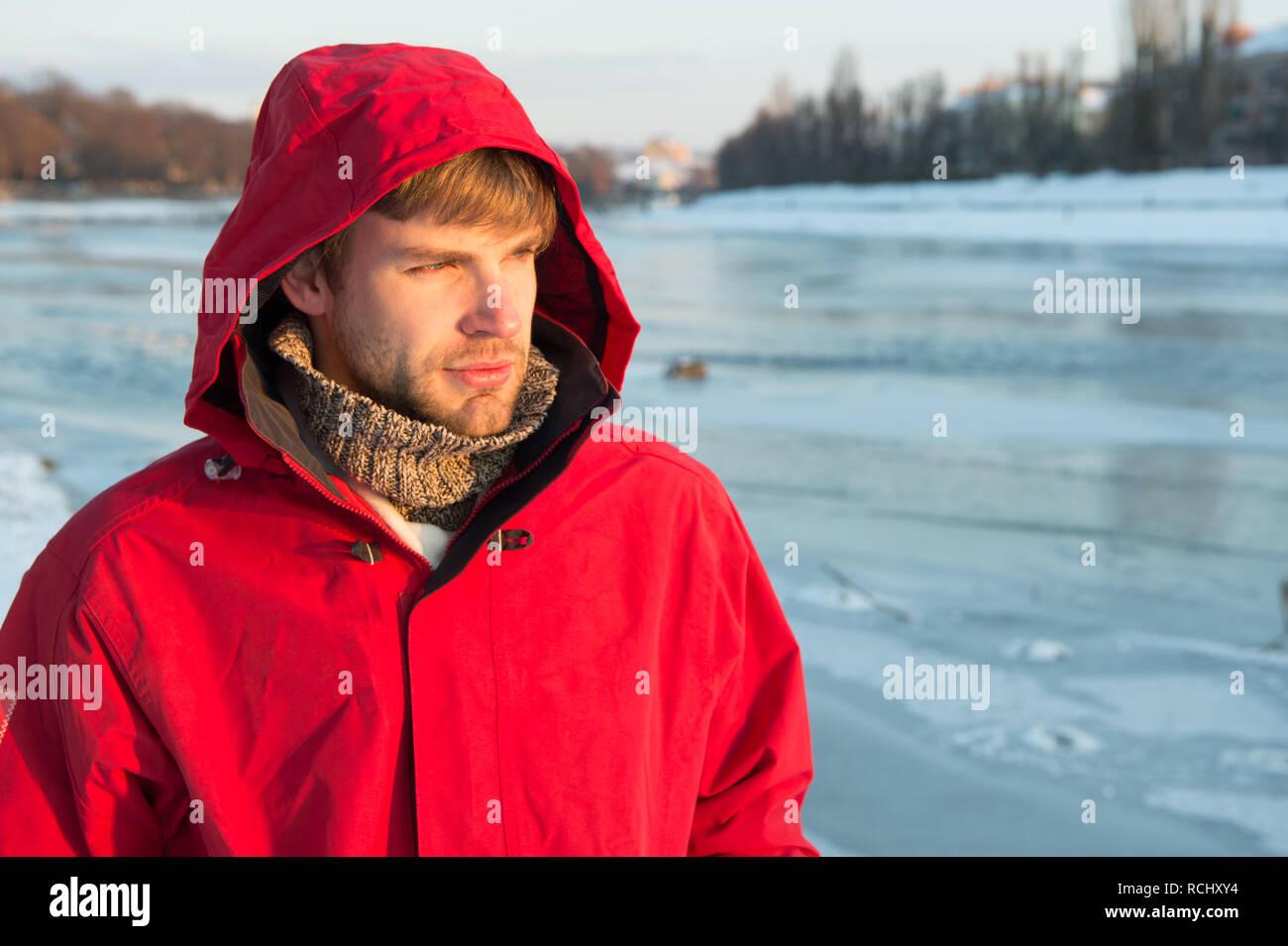 ef98bb7ecc53 Man bärtige stehen warme Jacke verschneite Natur Hintergrund. Wind-  kleidung. Winter Männerkleidung.