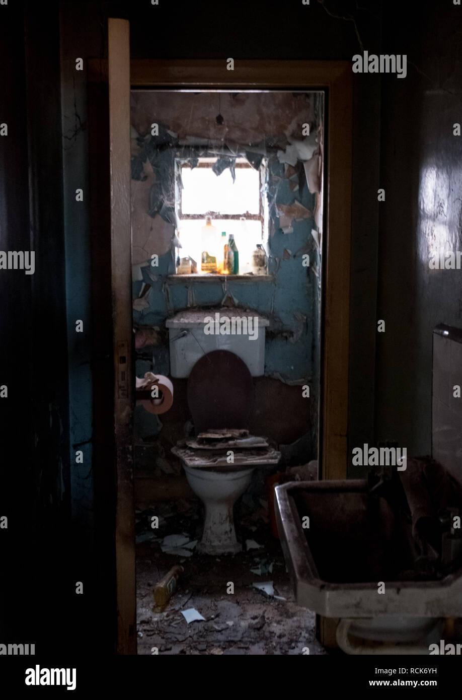 In der Nähe der Toilette in Verfallenes Haus 1930 deco Stil ...