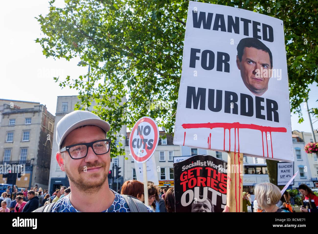 Bristol, UK. 08. Juli 2015. Eine Demonstrantin wird dargestellt, Durchführung einer Anti Sparmaßnahmen Plakat während eines gegen Sparmaßnahmen protestiert in Bristol. Stockbild