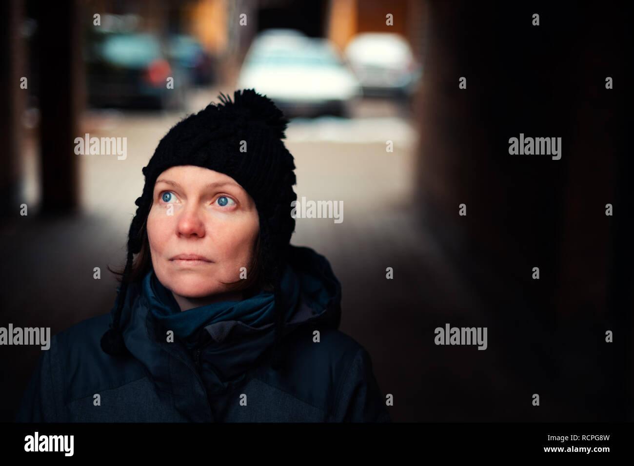 Schöne hoffnungsvoll nach kaukasische Frau Porträt auf der Straße in der Kälte des Winters Tag Stockfoto