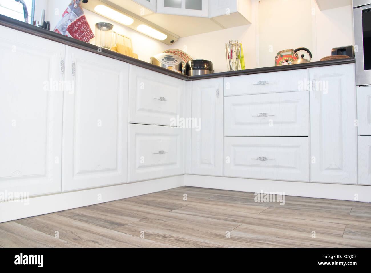 Weiße Küche. Küche aus Holz. Moderne Möbel und Küche Interieur ...