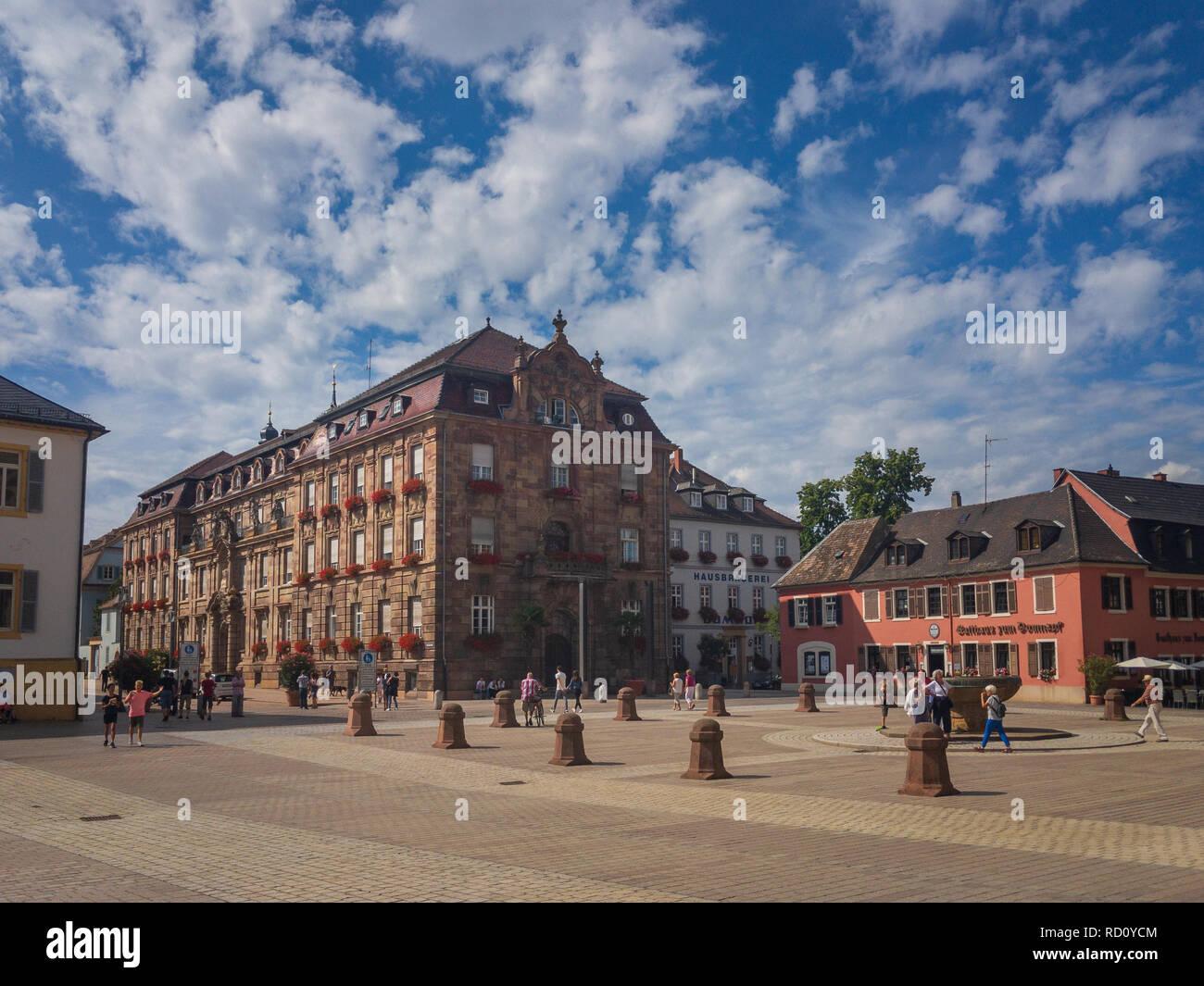 Speyer, Deutschland - 17. August 2017: Stadtbild von Speyer, Deutschland mit Domplatz und Stadthaus Stockbild