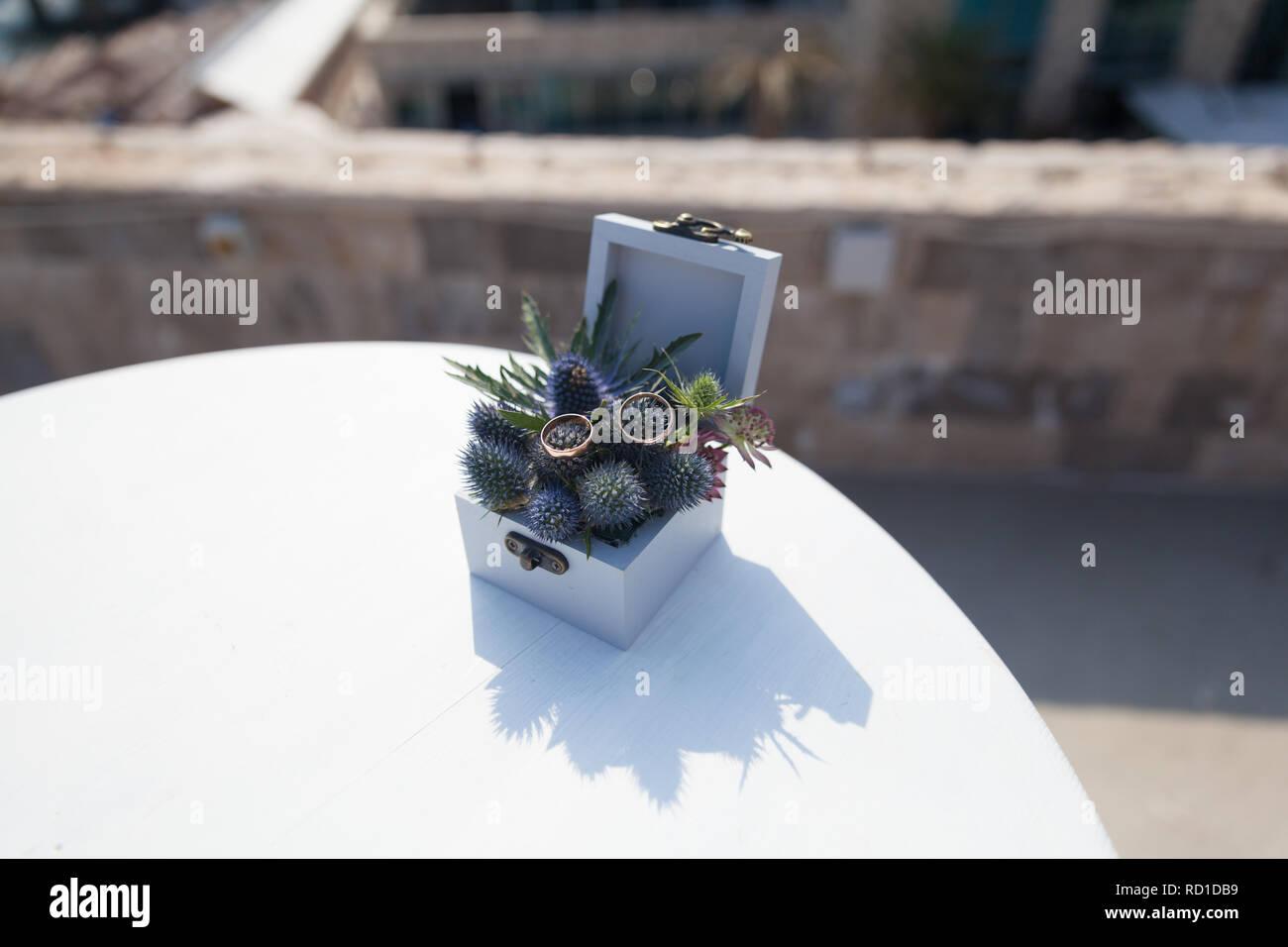 Zwei Goldene Hochzeit Ringe In Schatulle Mit Frischen Blumen