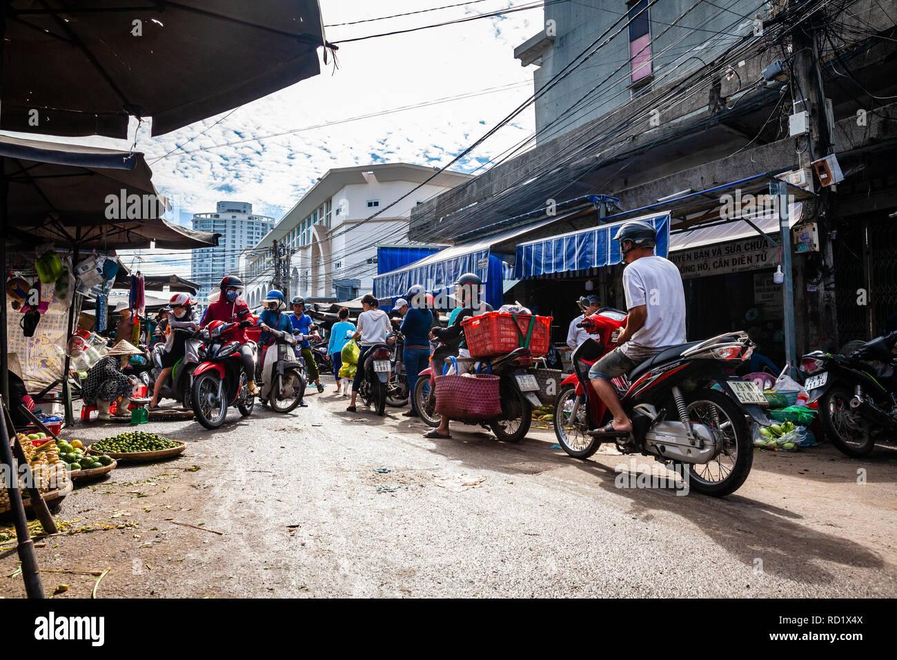 NHA TRANG, VIETNAM - 12. SEPTEMBER: Typische morgen Stau am Cho Dam Markt in Nha Trang am 12. September 2018 in Nha Trang, Vietnam. Stockbild