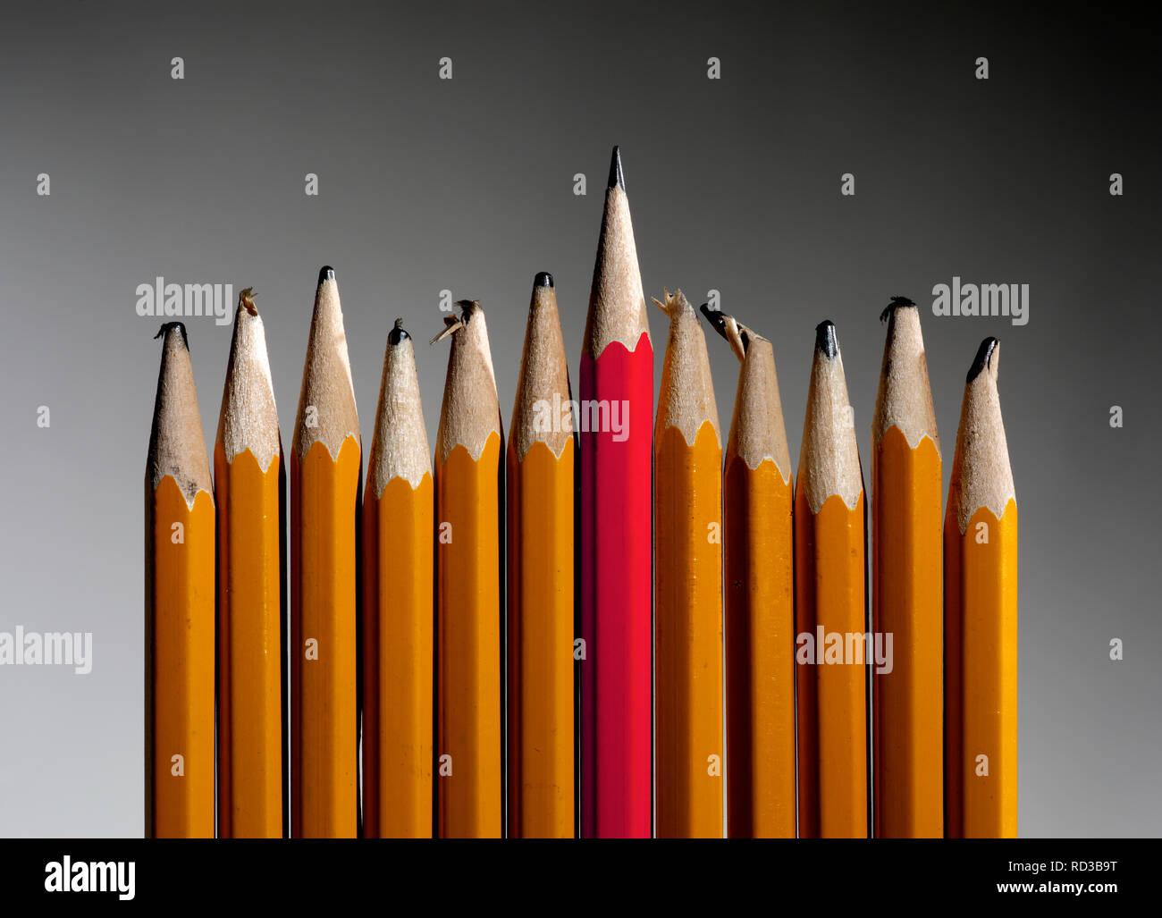 Scharfe rote Bleistift von stumpfen gelb Bleistifte Stockbild