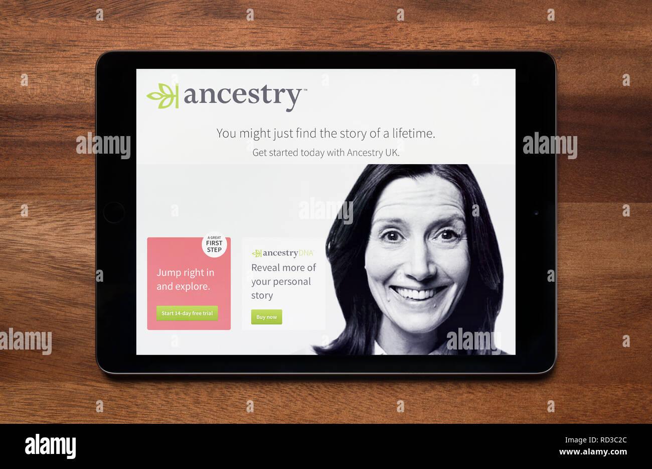 Die Website von Abstammung gesehen auf einem iPad Tablet, der ruht auf einem Holztisch (nur redaktionelle Nutzung). Stockbild