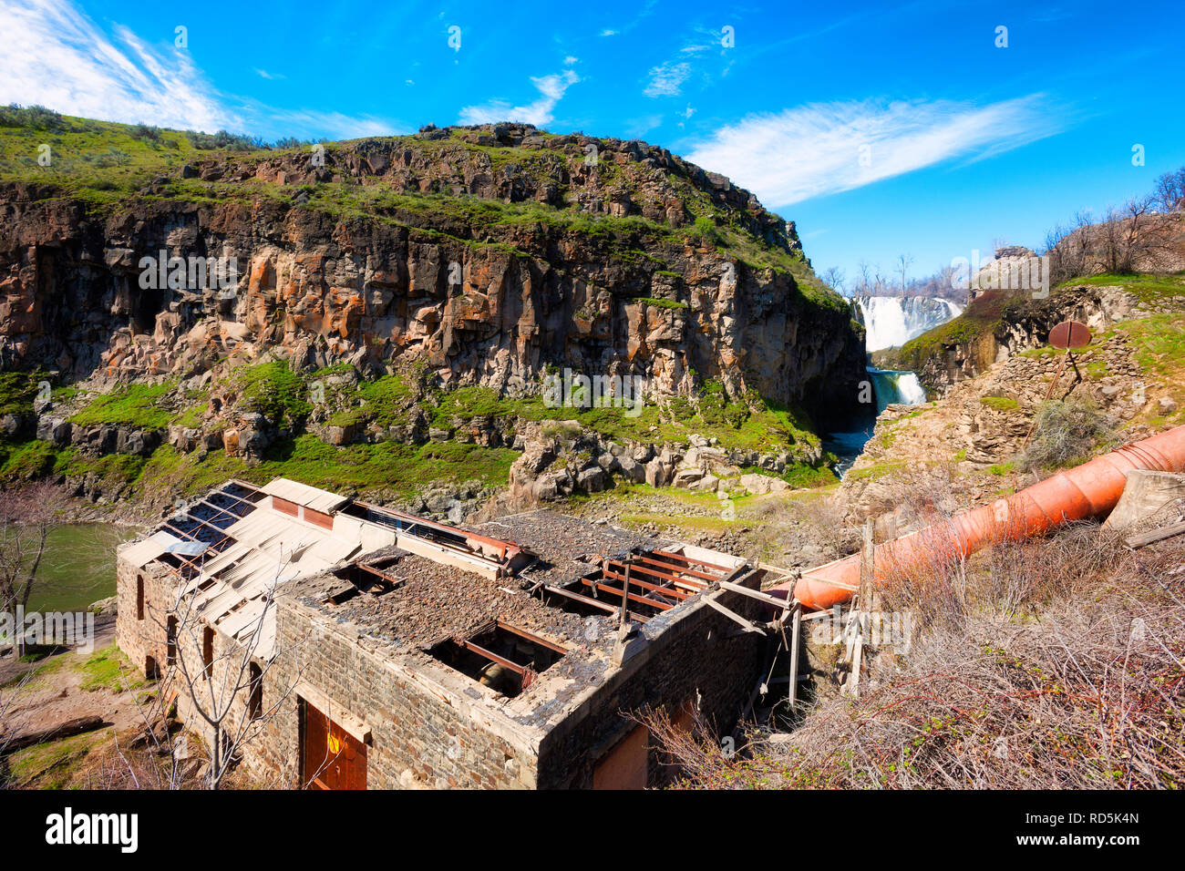 Blick nach unten in White River ist eine wilde und malerischen Fluss Canyon, wo eine verfallende Wasserkraftwerk sitzt, im Jahre 1910 erbaut und im Jahre 1960 aufgegeben. Stockfoto
