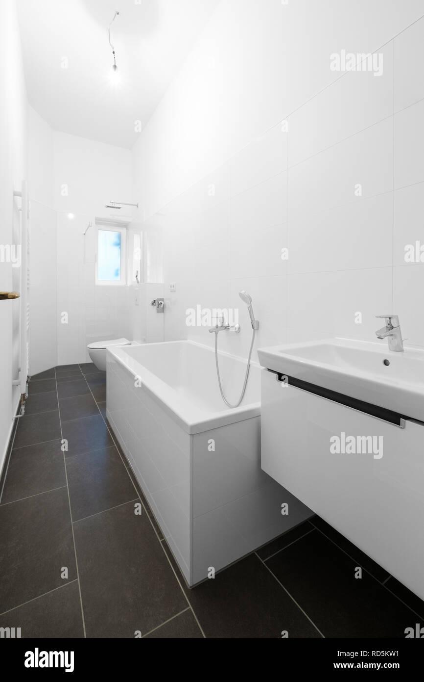 Weißes Badezimmer | Weisses Badezimmer Mit Badewanne Und Dusche Nach Der Renovierung