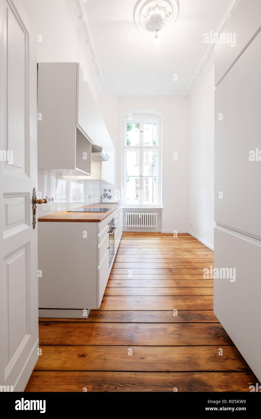 Neue weiße Kochnische/Küche im renovierten alten Gebäude mit ...