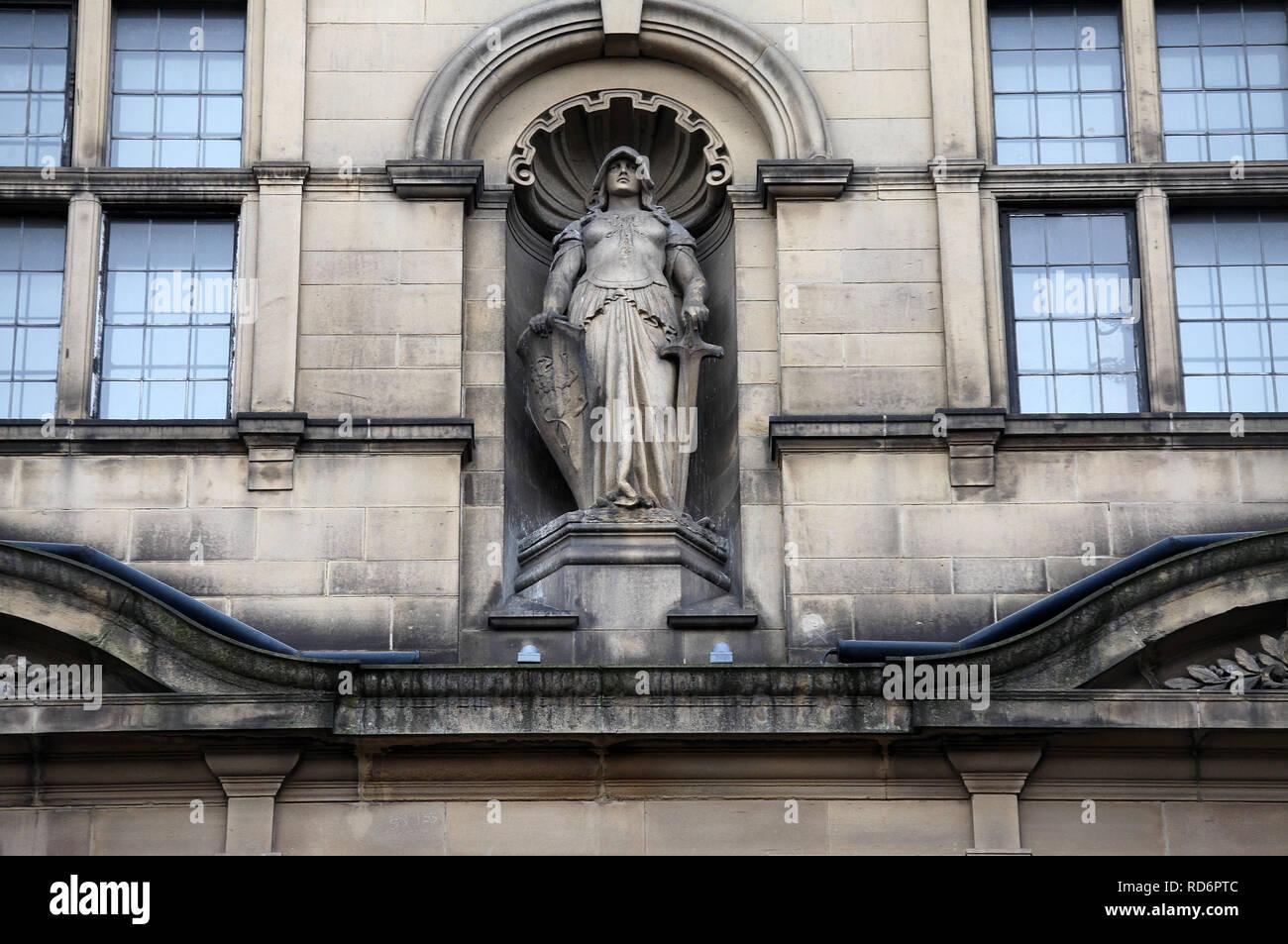 Statue namens Krieg von Frederick William Pomeroy an der Außenseite von Sheffield Rathaus Stockbild
