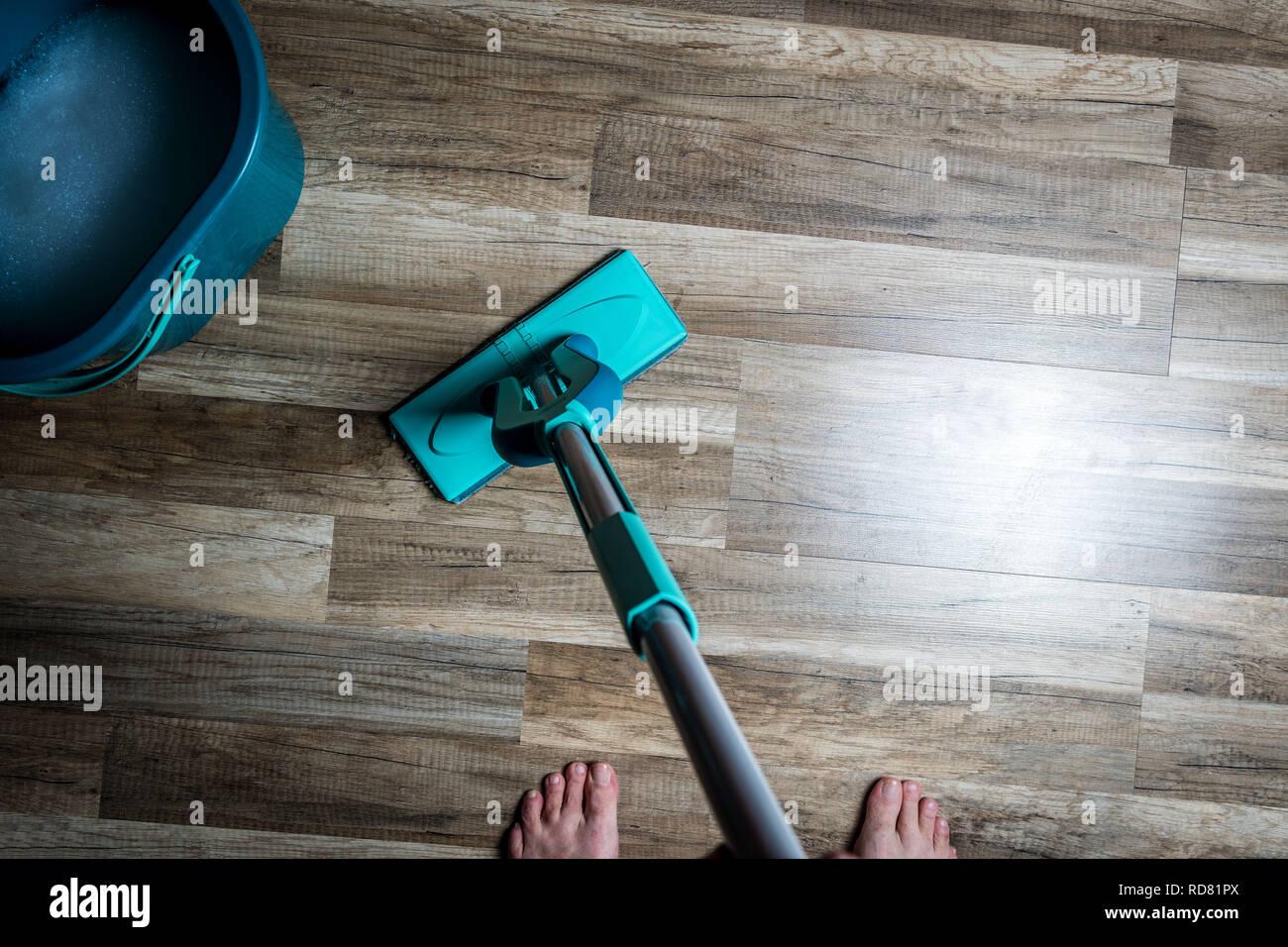 Holzfußboden Wischen ~ Wischen dreckig holzboden durch nasse scheibenwischer mop