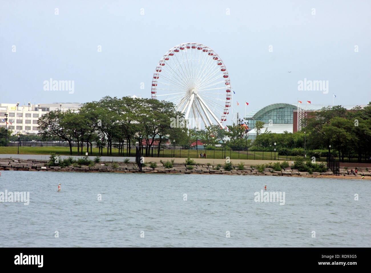 Blick auf das Riesenrad vom Navy Pier in Chicago, IL, USA Stockfoto