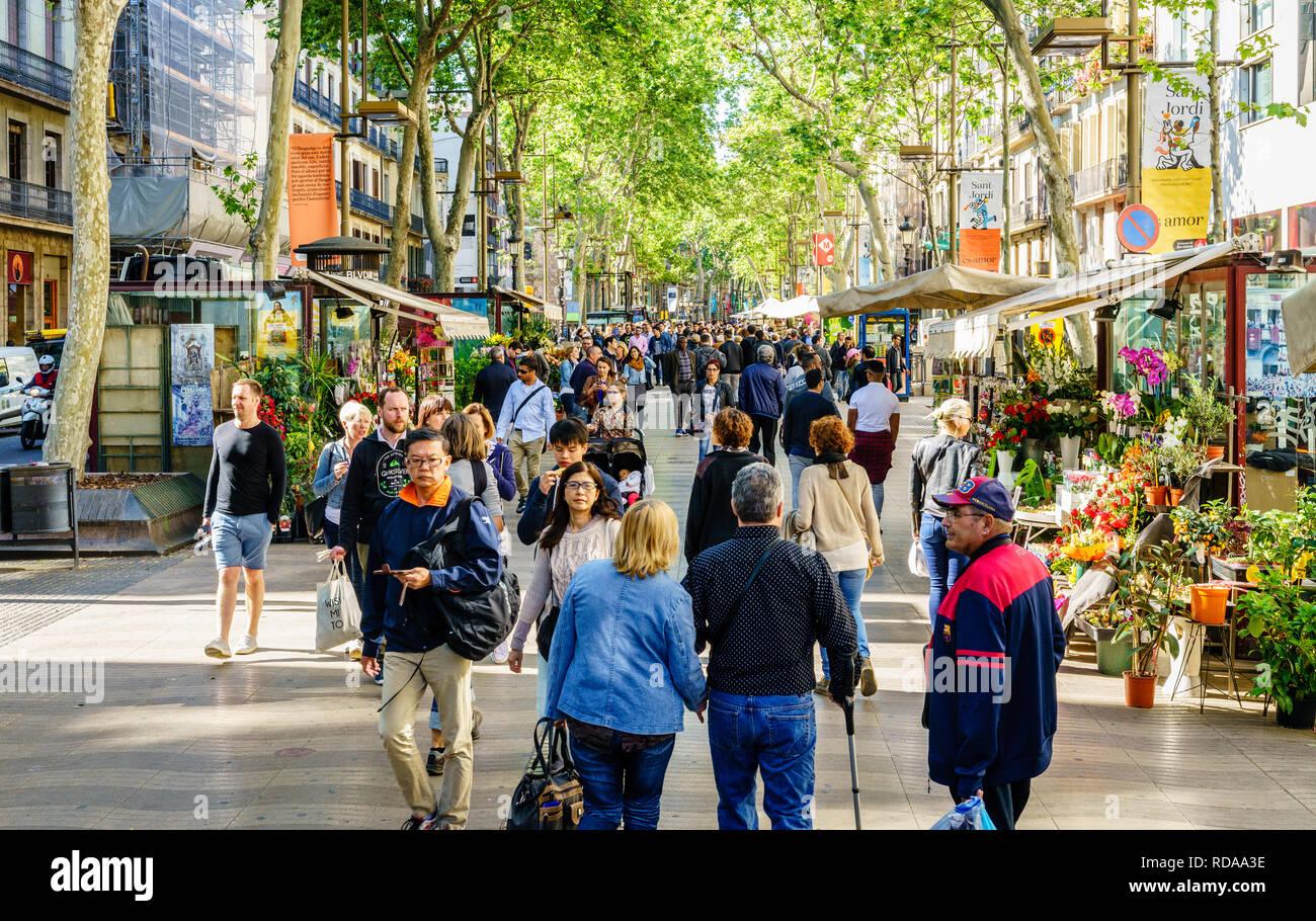 Barcelona, Spanien, April 21, 2017: Immer voll La Rambla - zentrale Fußgängerzone in Barcelona, Spanien Stockbild