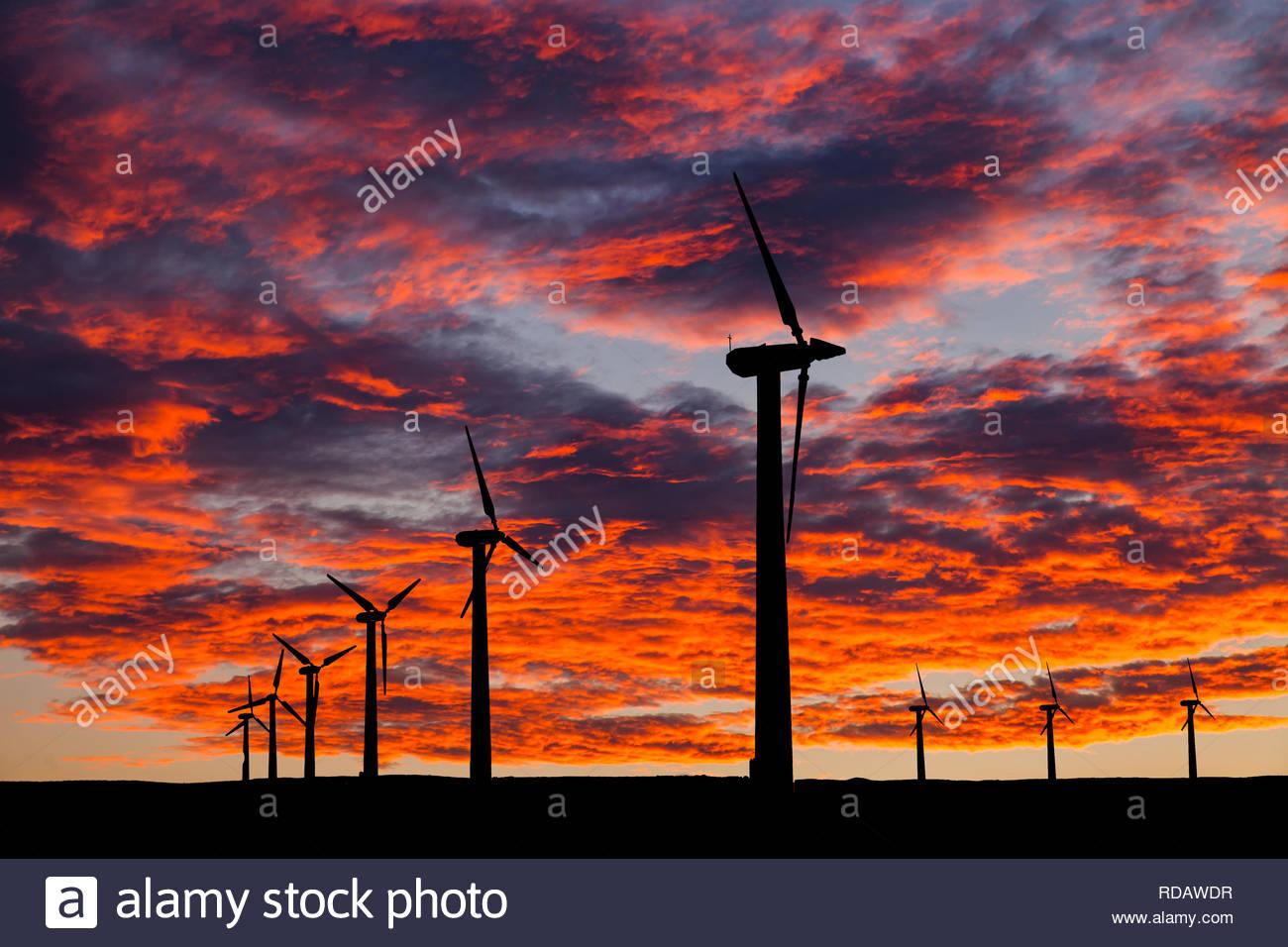 Silhouette von Windenergieanlagen auf einer erstaunlichen Sonnenuntergang Stockbild