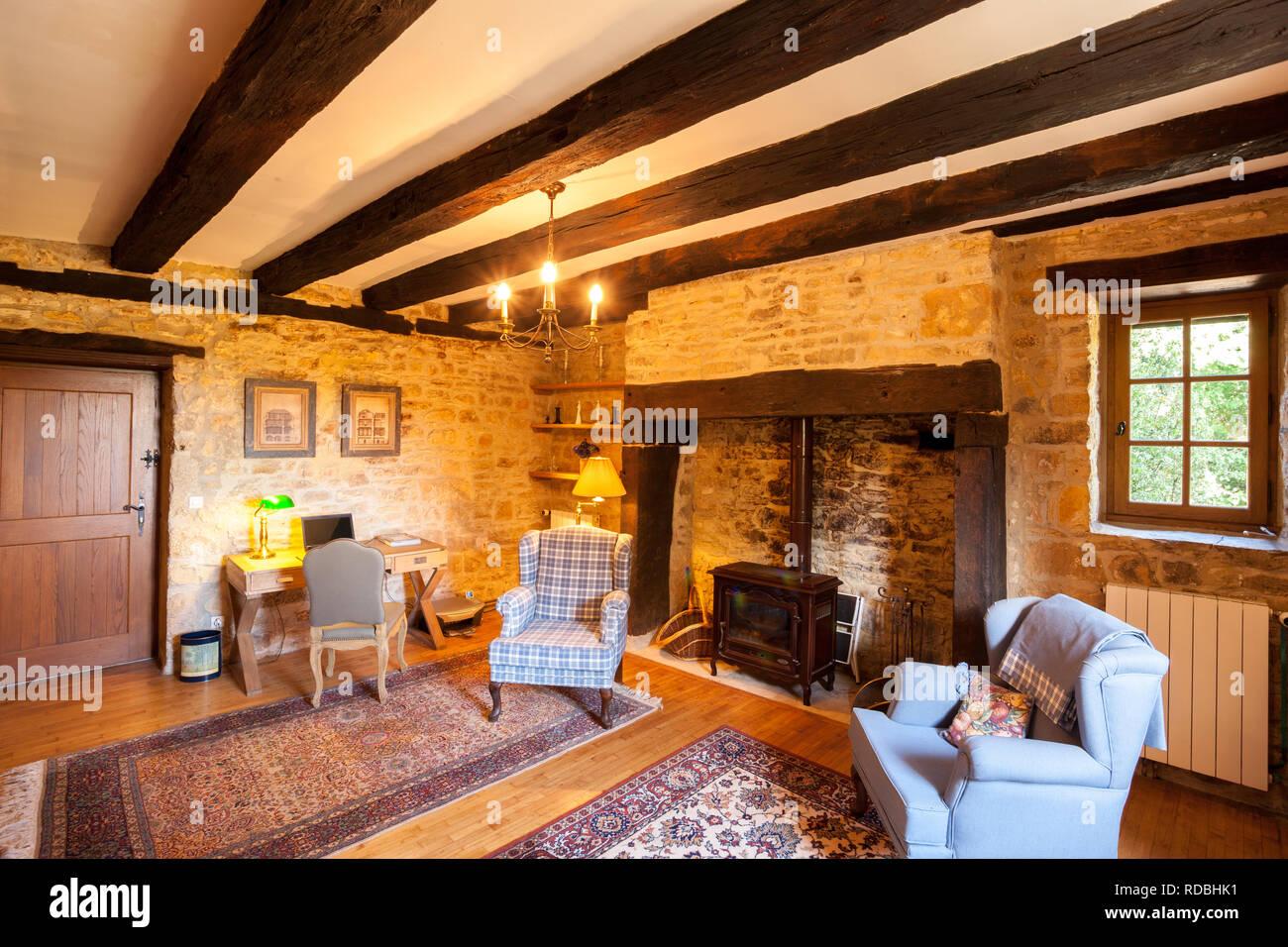 Innenraum Eines Traditionellen Franzosischen Bauernhaus Wohnzimmer Mit Steinernen Wanden Und Grossen Kamin Stockfotografie Alamy