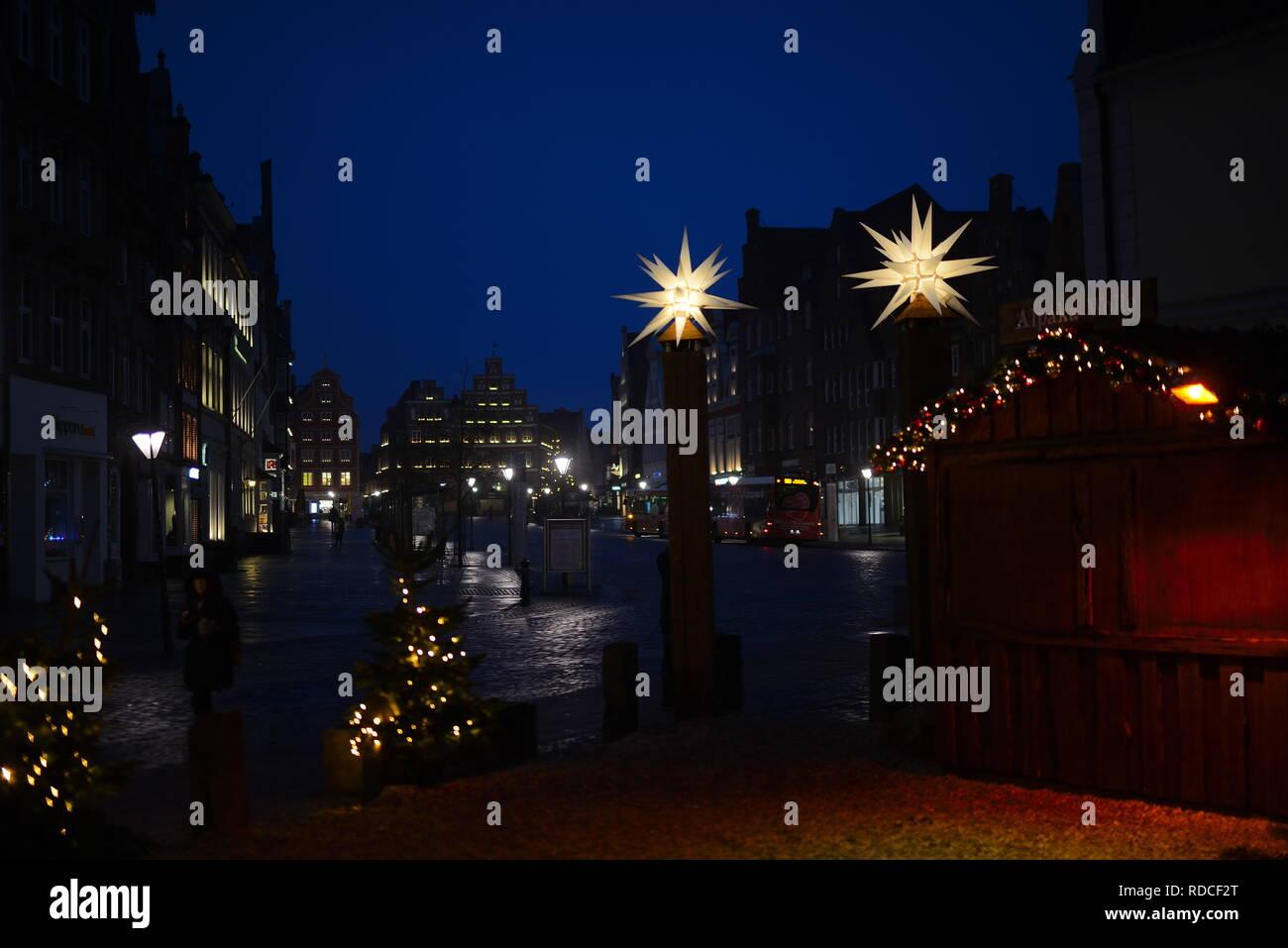 Stille in historischer Platz Am Sande. Nachts Lüneburger Altstadt Weihnachtsmarkt. Tourismus Städtereisen zum Einkaufen in der Innenstadt Hansestadt Stockbild