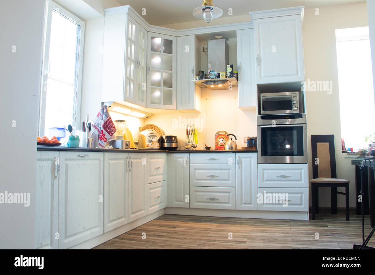 Moderne Möbel Und Küche Interieur. Küche In Individuellen Größen. Weiß, Grau  Griffe Schränke, Schubladen, Schranktür