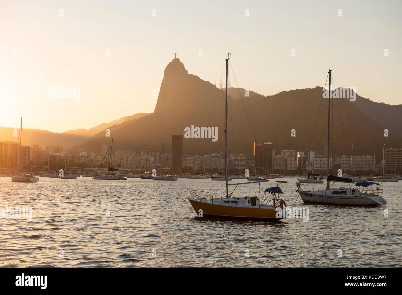 Boote an der Baía de Guanabara, Rio de Janeiro, Brasilien Stockfoto