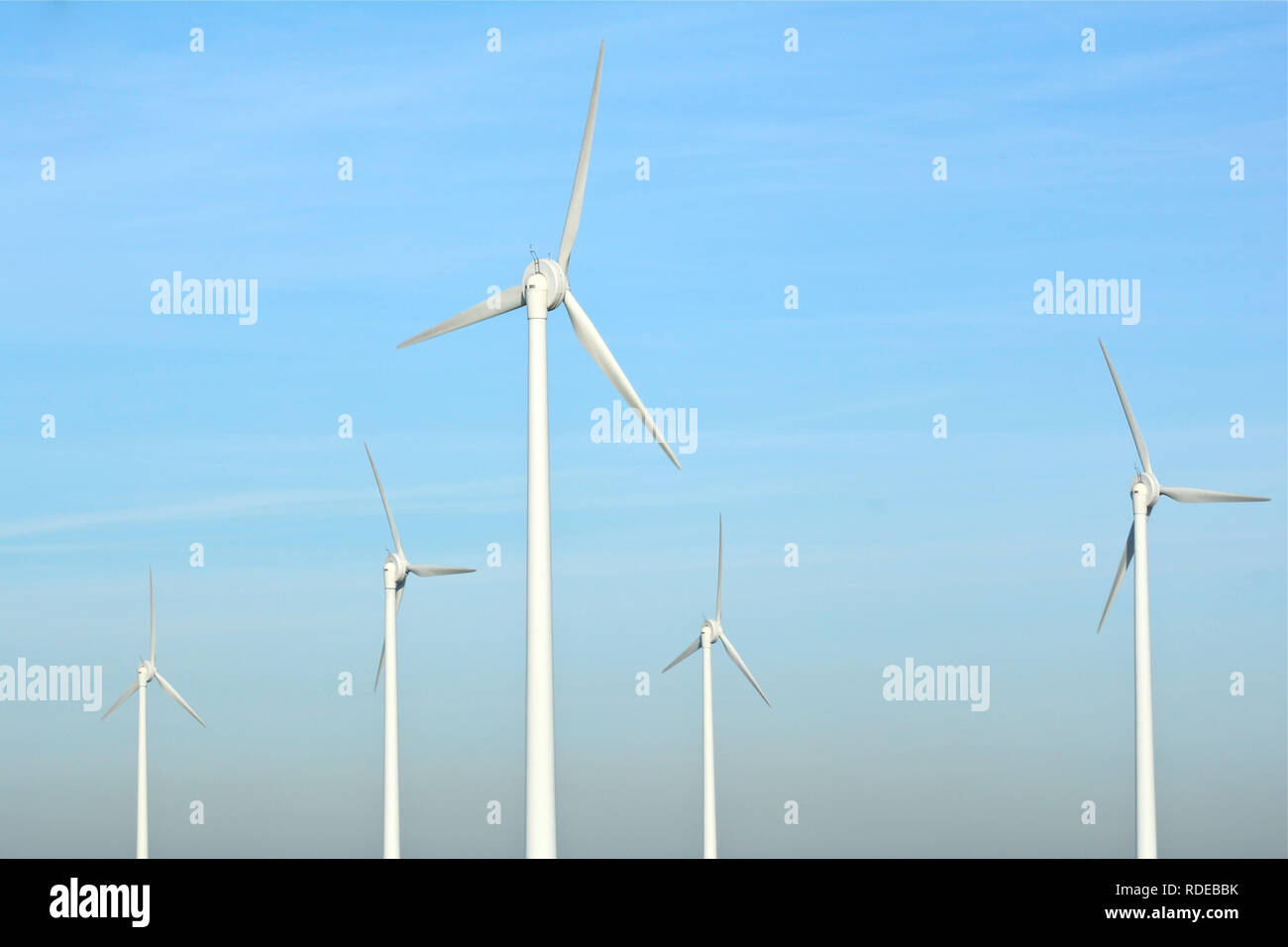 Einen Windpark mit mehreren Windenergieanlagen für die ...
