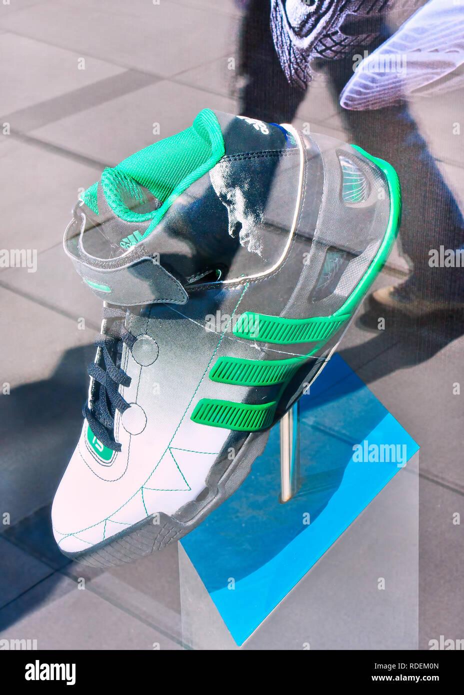 Adidas Schuh angezeigt. Unternehmen Adidas Sport eingegeben