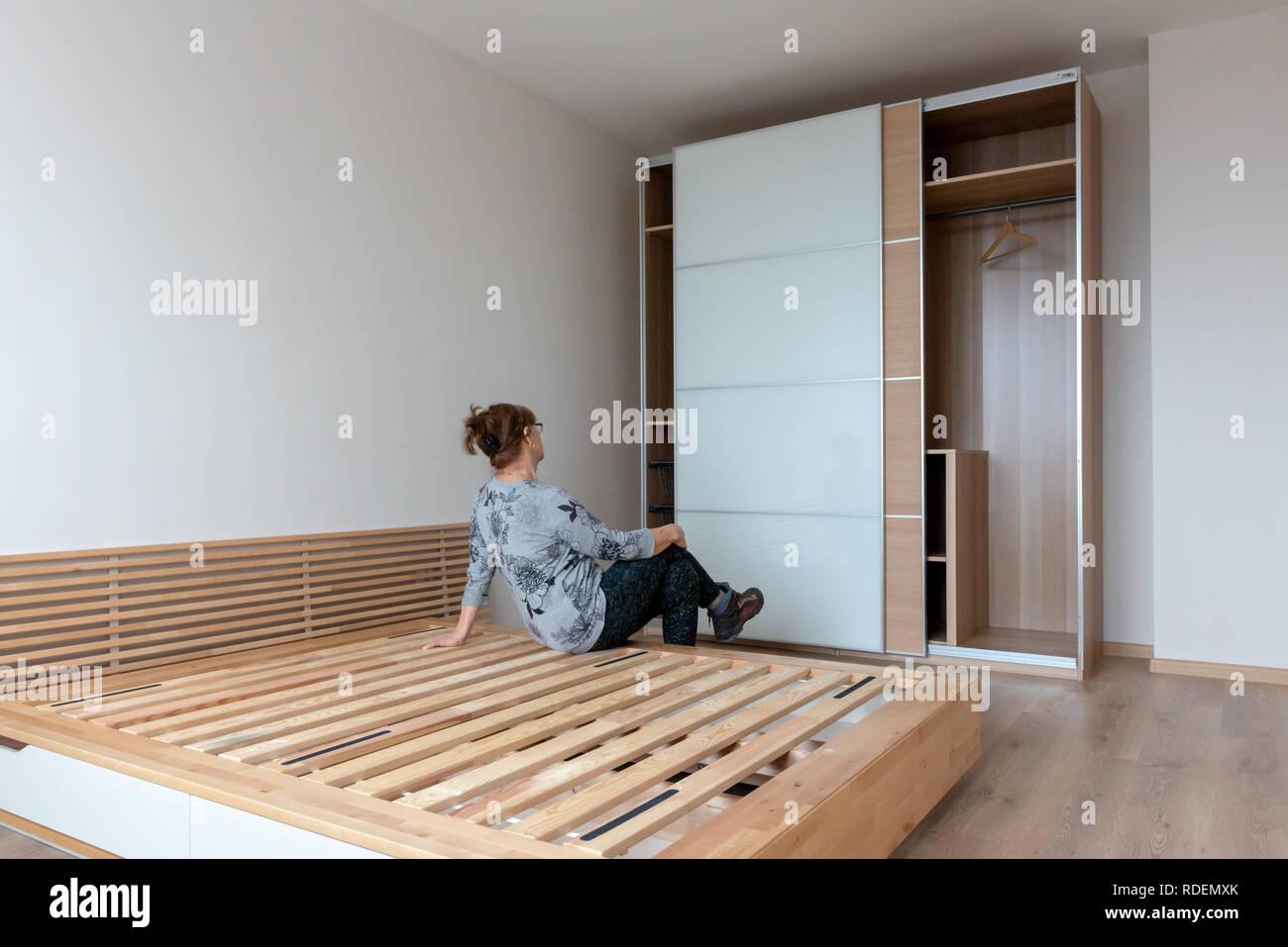 Frau Bewundert Ihre Brandneue Ikea Kleiderschrank In Neu Eingerichteten Duplex Schlafzimmer Und Sitzbereich Auf Bett Aus Holz Neue Home Konzept Stockfotografie Alamy
