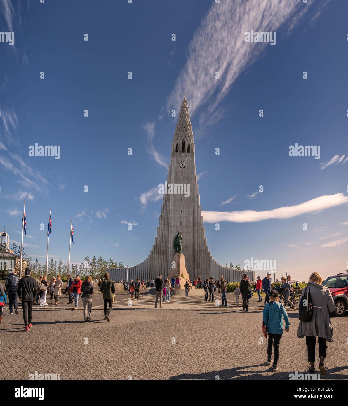 Touristen und Kirche Hallgrimskirkja, Reykjavik, Island Stockbild