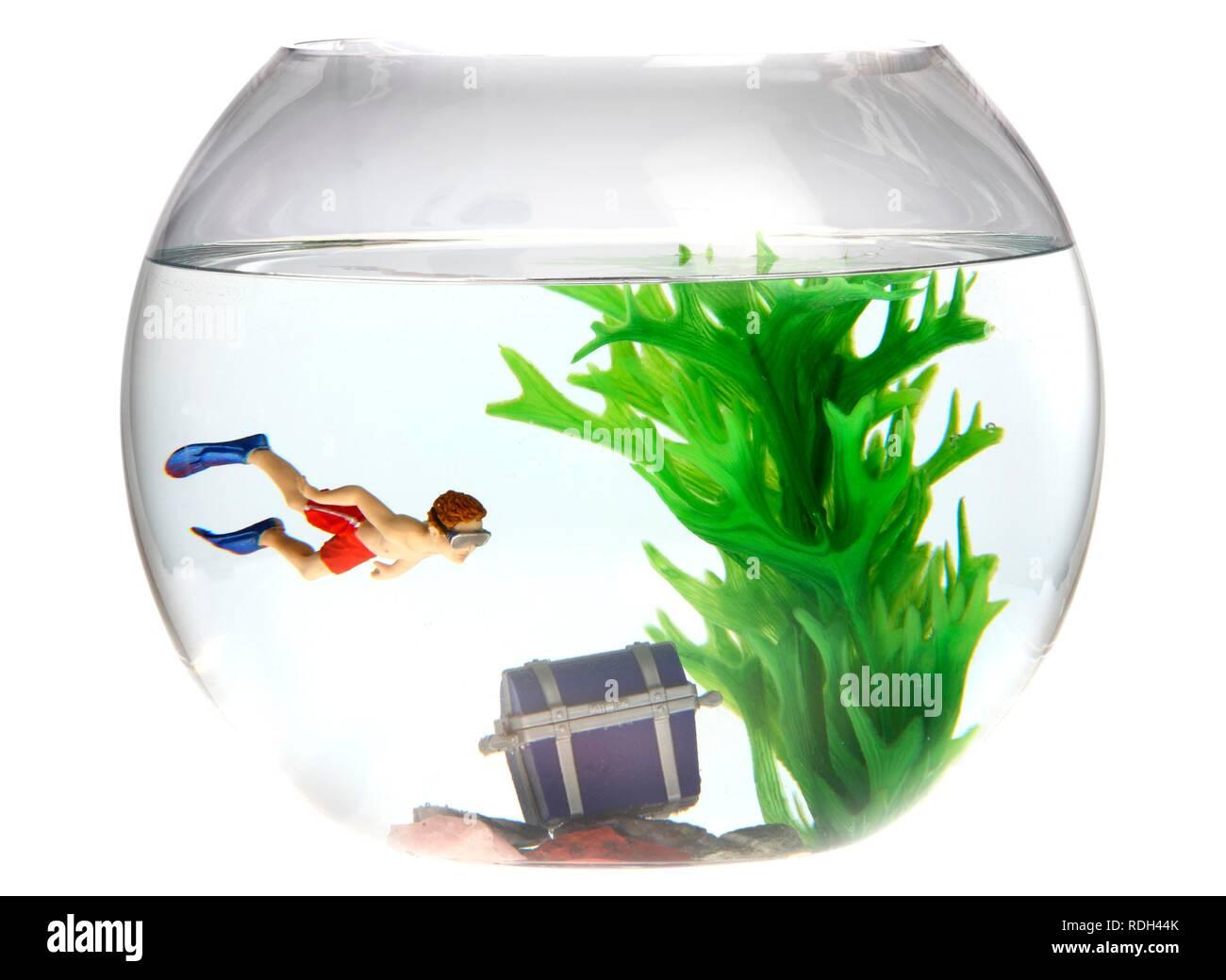 Spielzeug Taucher mit einer Schatztruhe in einem Goldfischglas, Abbildung Stockfoto