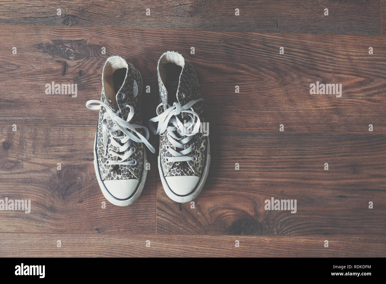 4ed353e3611f Leather Converse Stockfotos   Leather Converse Bilder - Alamy