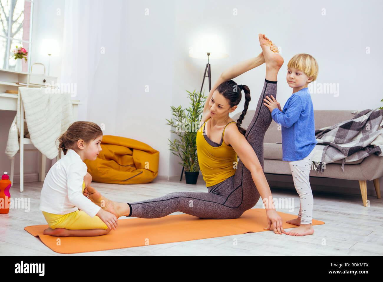 Nettes, hilfsbereites Kindern hilft, ihre Mutter zu arbeiten Stockbild