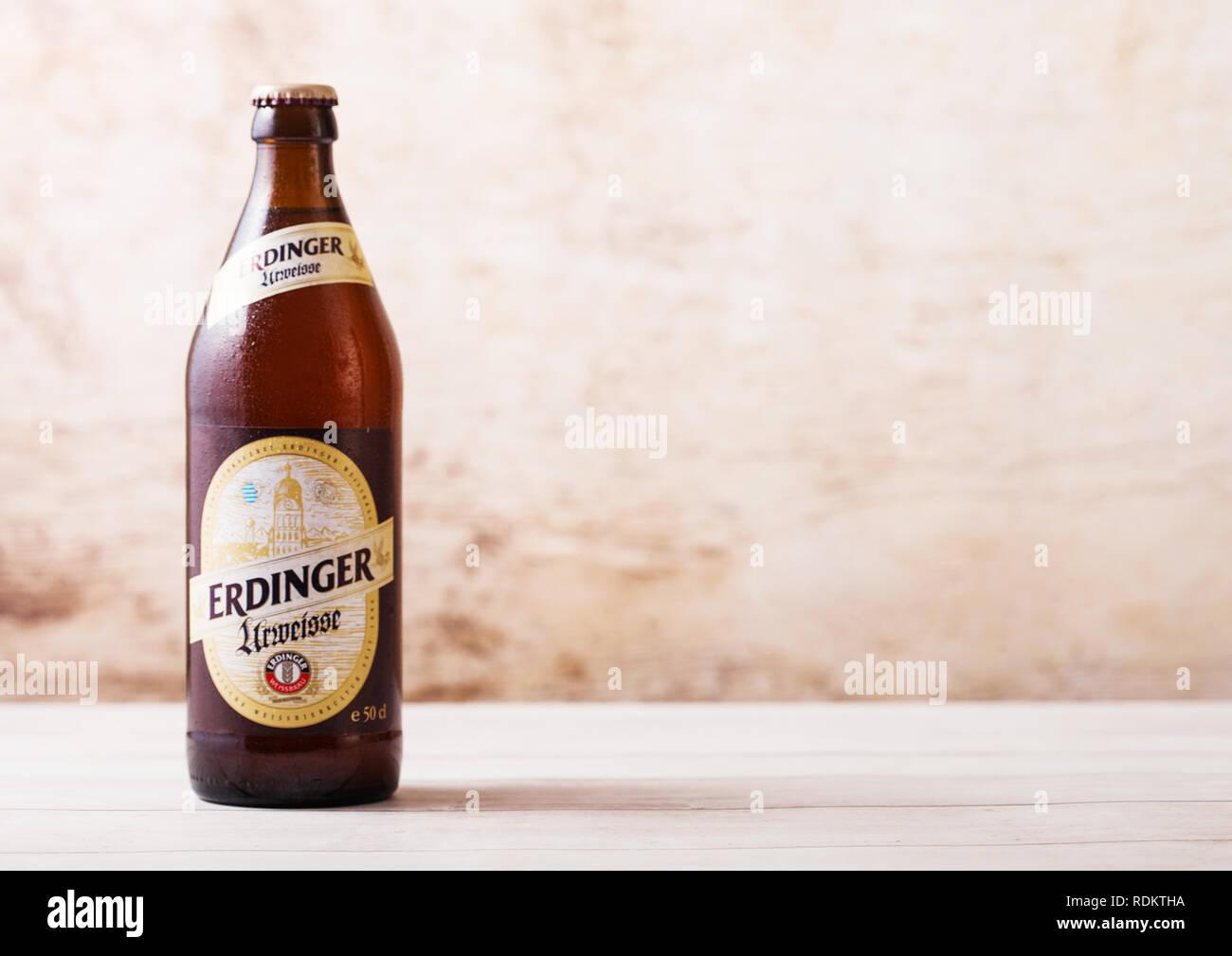 LONDON, UK, 15. JANUAR 2019: Flasche Erdinger Urweisse Bier auf Holz- Hintergrund. Erdinger ist das Produkt der weltweit größten Weißbierbrauerei Stockbild
