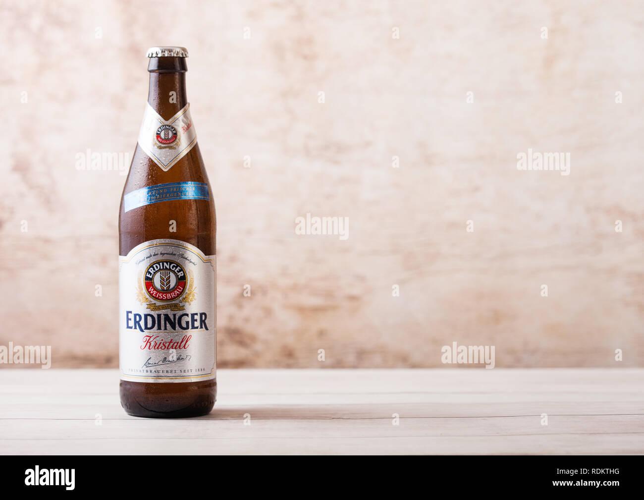 LONDON, UK, 15. JANUAR 2019: Flasche Erdinger Kristall Bier auf Holz- Hintergrund. Erdinger ist das Produkt der weltweit größten Weißbierbrauerei Stockbild