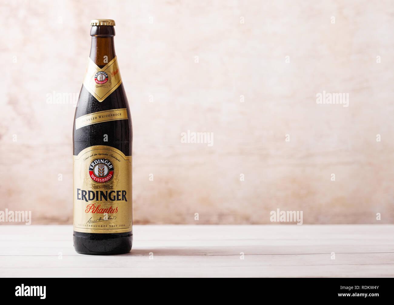 LONDON, UK, 15. JANUAR 2019: Flasche Erdinger Pikantus Bier auf Holz- Hintergrund. Erdinger ist das Produkt der weltweit größten Weißbierbrauerei Stockbild