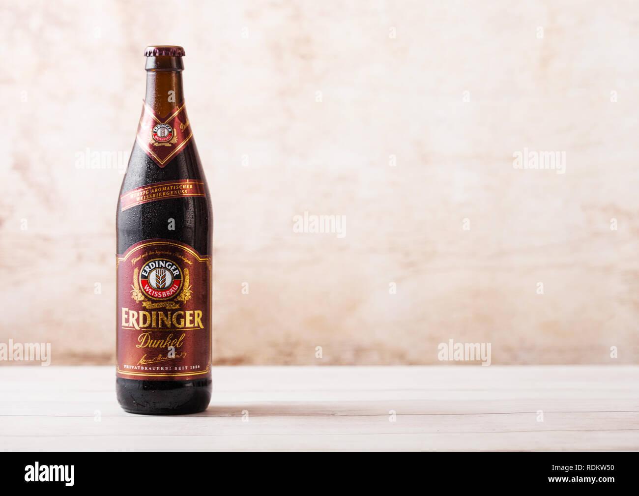 LONDON, UK, 15. JANUAR 2019: Flasche Erdinger Dunkel Bier auf einer hölzernen Hintergrund. Erdinger ist das Produkt der weltweit größten Weißbierbrauerei Stockbild