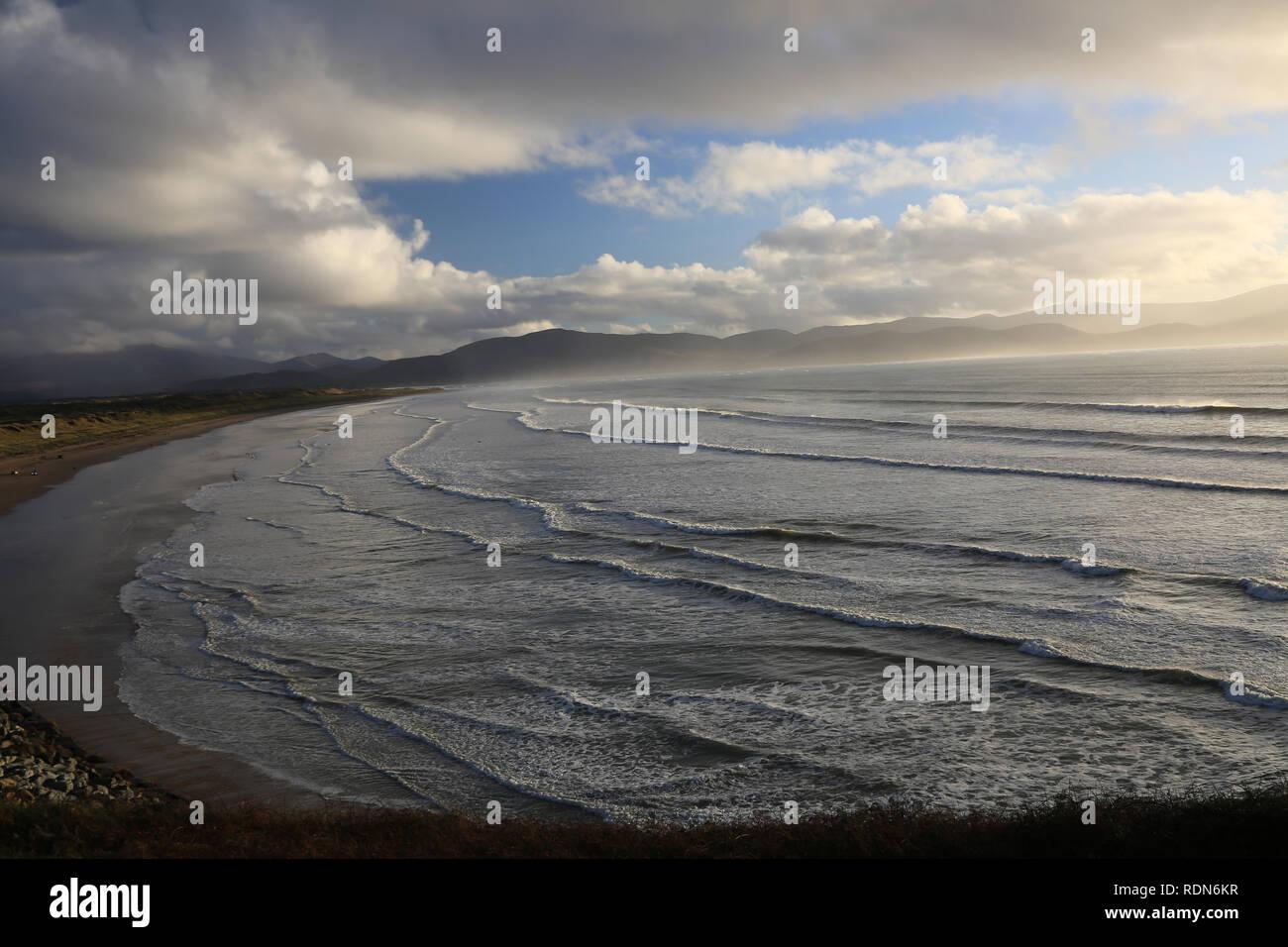 Wilden atlantischen wie Wellen an der irischen Küste, Zoll, County Kerry, Irland Stockbild