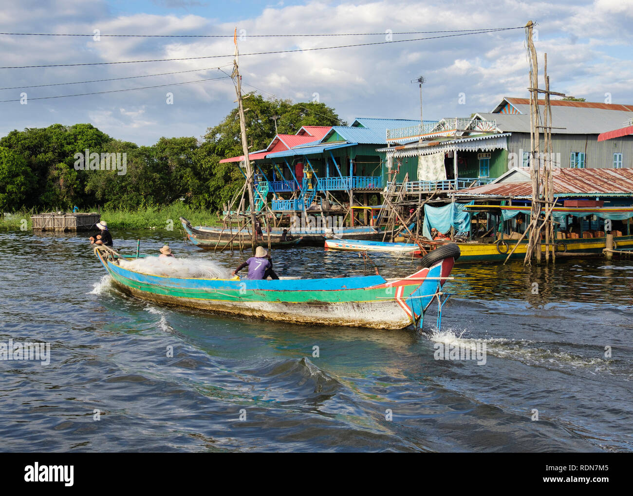 Die lokalen Fischer in einem Fischerboot Häuser auf Stelzen in schwimmenden Dorf in den Tonle Sap See. Kampong Phluk, Siem Reap, Kambodscha, Asien Stockbild