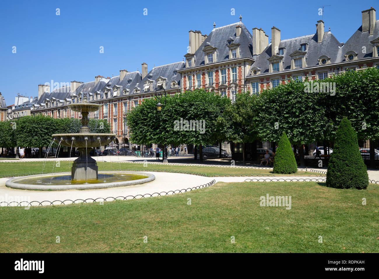 Place des Vosges, alte Gebäude und Garten in Paris an einem sonnigen Sommertag, Clear blue sky Stockfoto