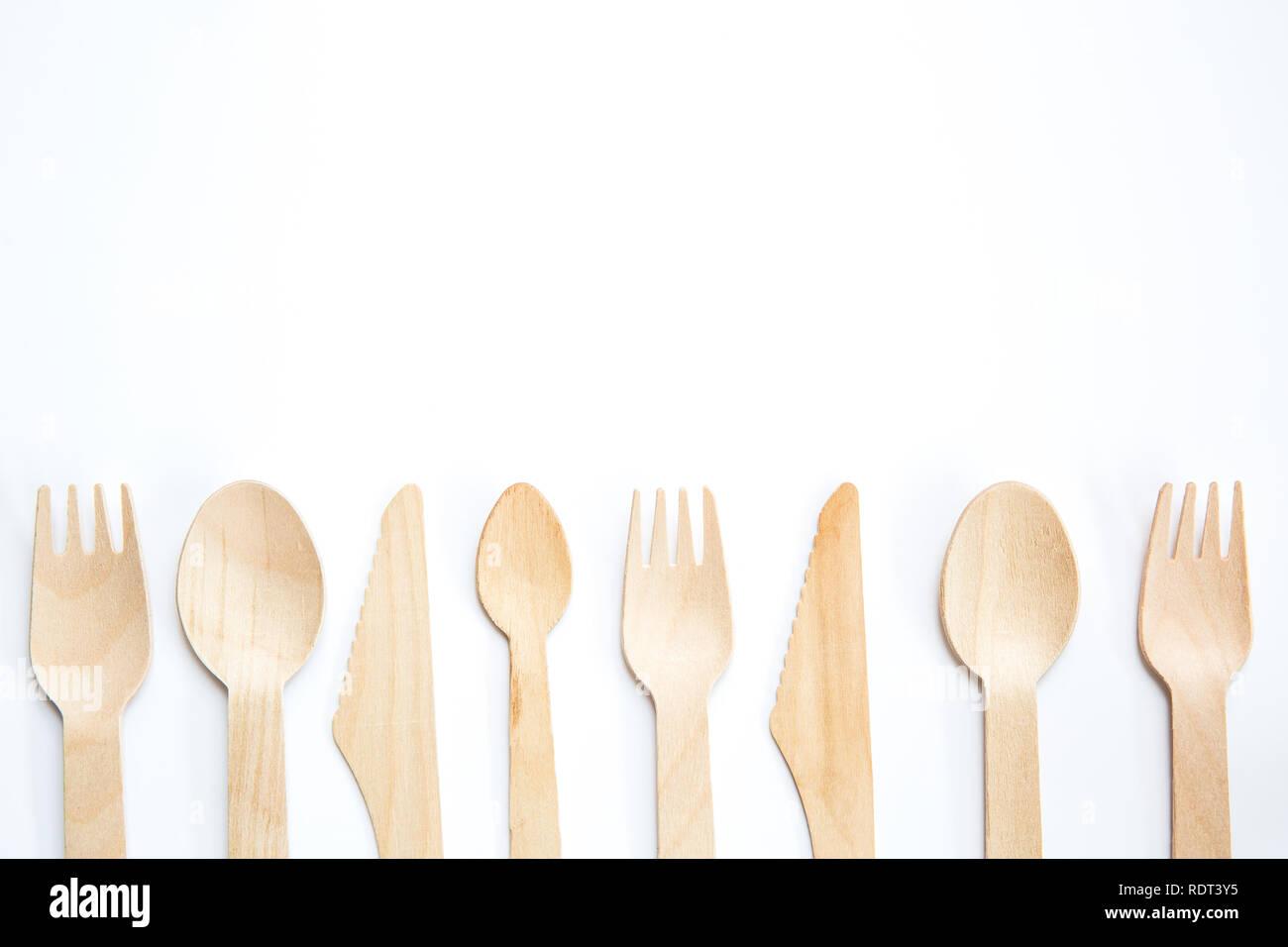 Ein flach aus einer Vielzahl von nachhaltigen und umweltfreundlichen Holz Besteck mit Messer, Gabel und Löffel mit Kopie Raum auf weißem Hintergrund Stockbild