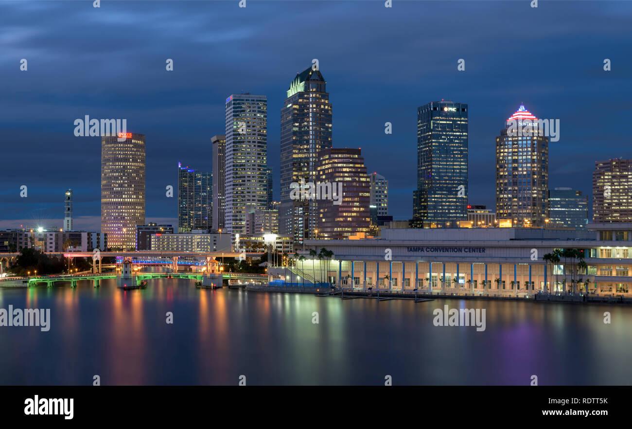 Die Innenstadt von Tampa Skyline bei Nacht in Tampa, Florida Stockbild