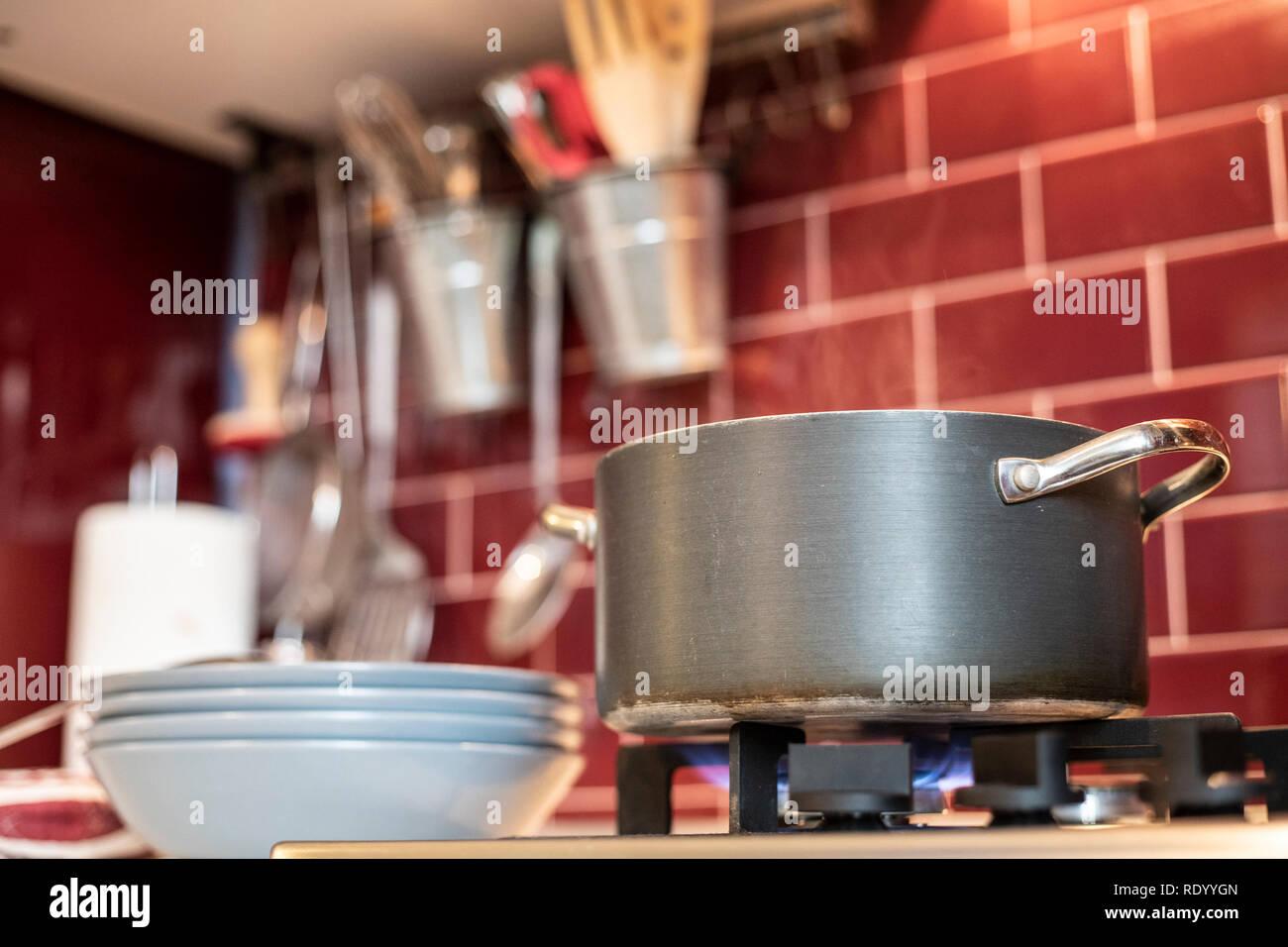 Grau Kochtopf auf Gas Herd mit Dampf freigeben und blau Gerichte