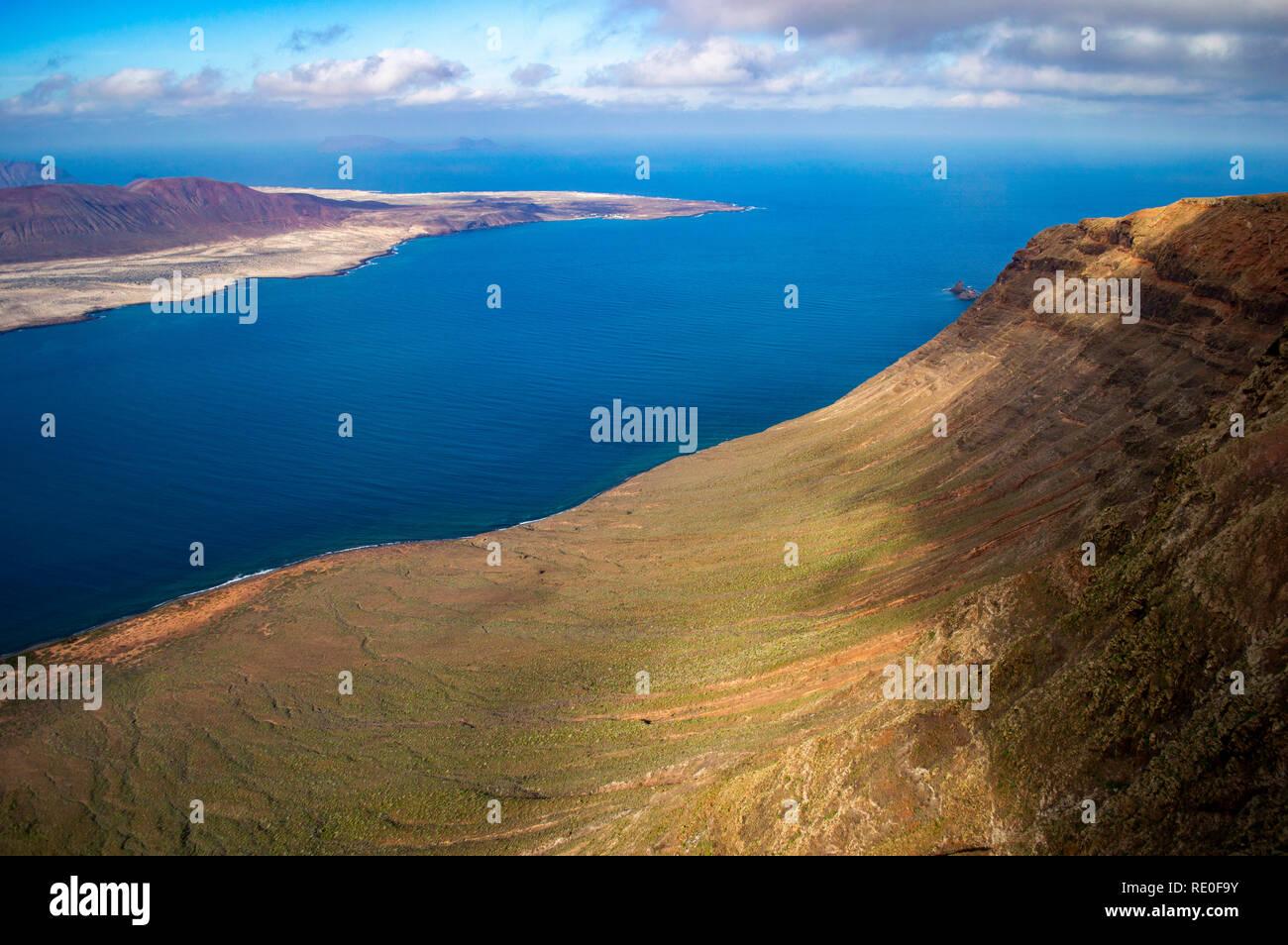 Ein Blick auf die Insel La Graciosa von Mirador del Rio auf Lanzarote, Kanarische Inseln Stockbild