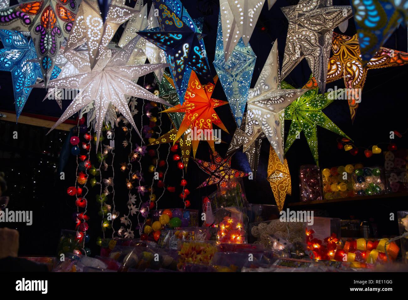 Papiersterne Weihnachtsbeleuchtung.Bunte Papiersterne Und Weihnachtsbeleuchtung Angezeigt In Der Nacht