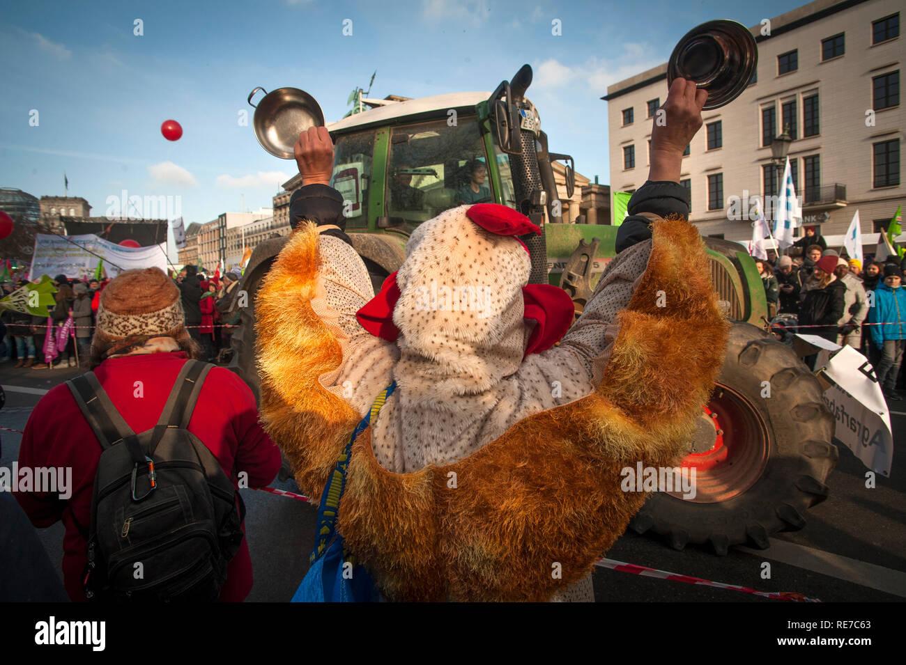 """Demonstranten """"Wir haben Satt' - wir sind oben eingezogen - Demonstration in Berlin in 2019. Stockbild"""