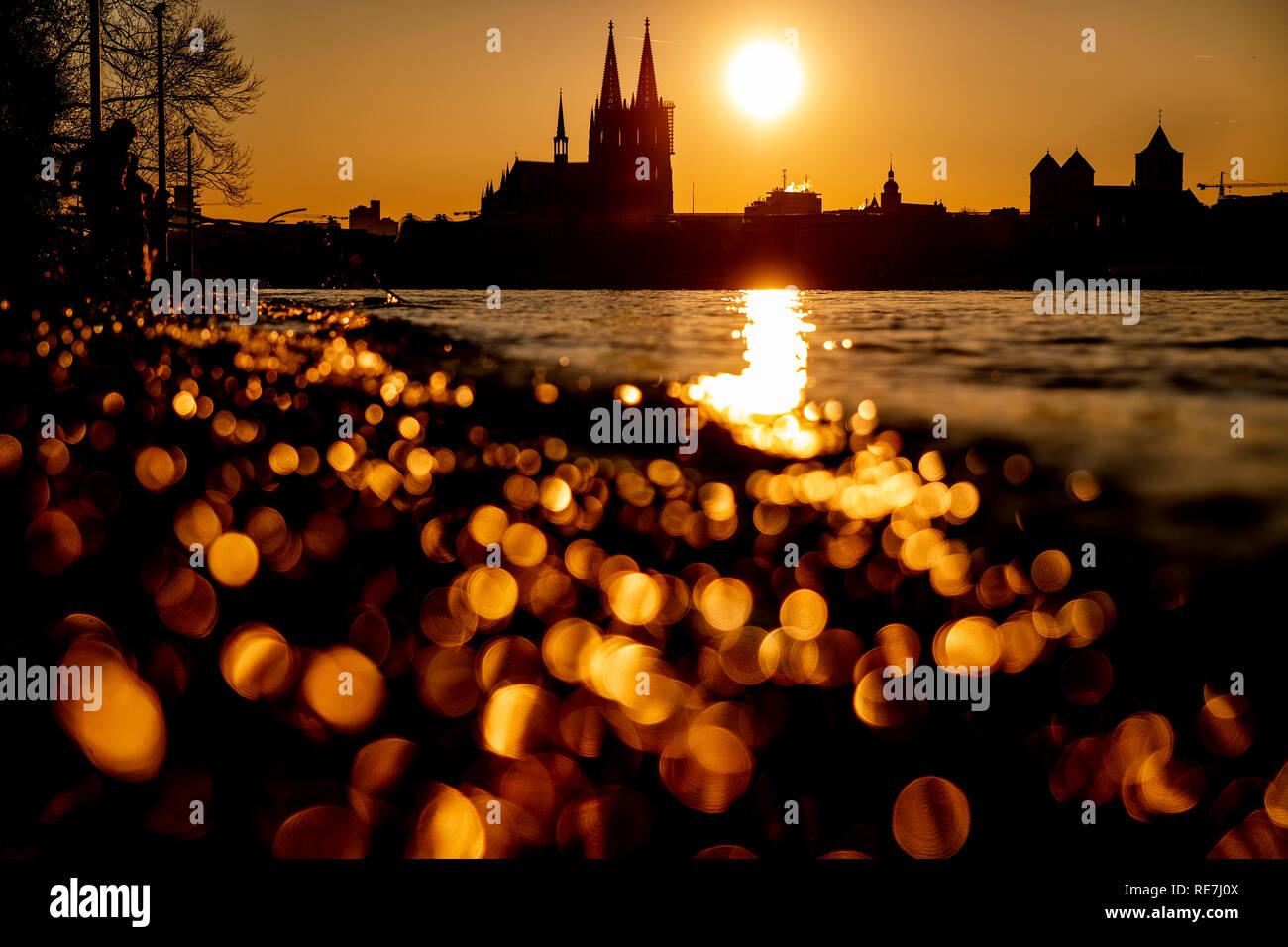 Sonne Geht Neben Dem Kolner Dom Unter Sterben Im Vordergrund Reflektiert Das Wasser Des Rheins Stockfotografie Alamy