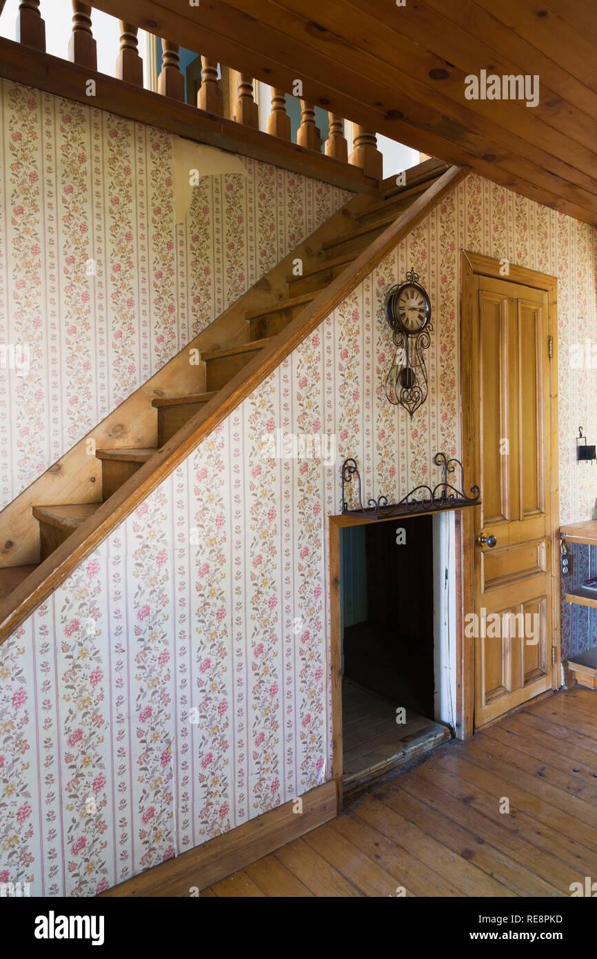 Pinewood Treppe und Wohnzimmer mit Blumentapete innerhalb ...