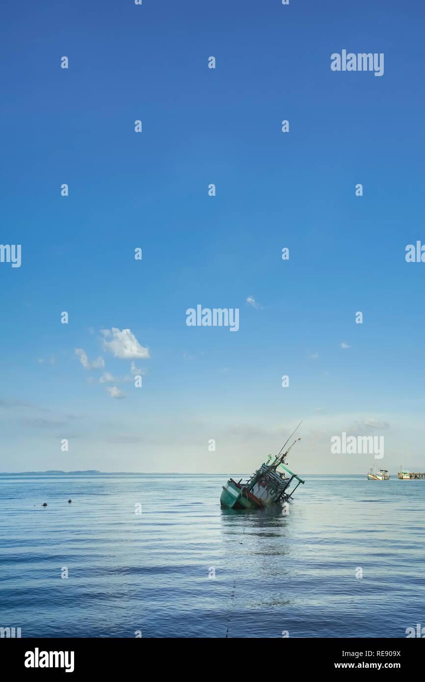 Einsamkeit Szene von versunkenen Schiff in Koh Chang, herkömmliche Thailand. Stockbild