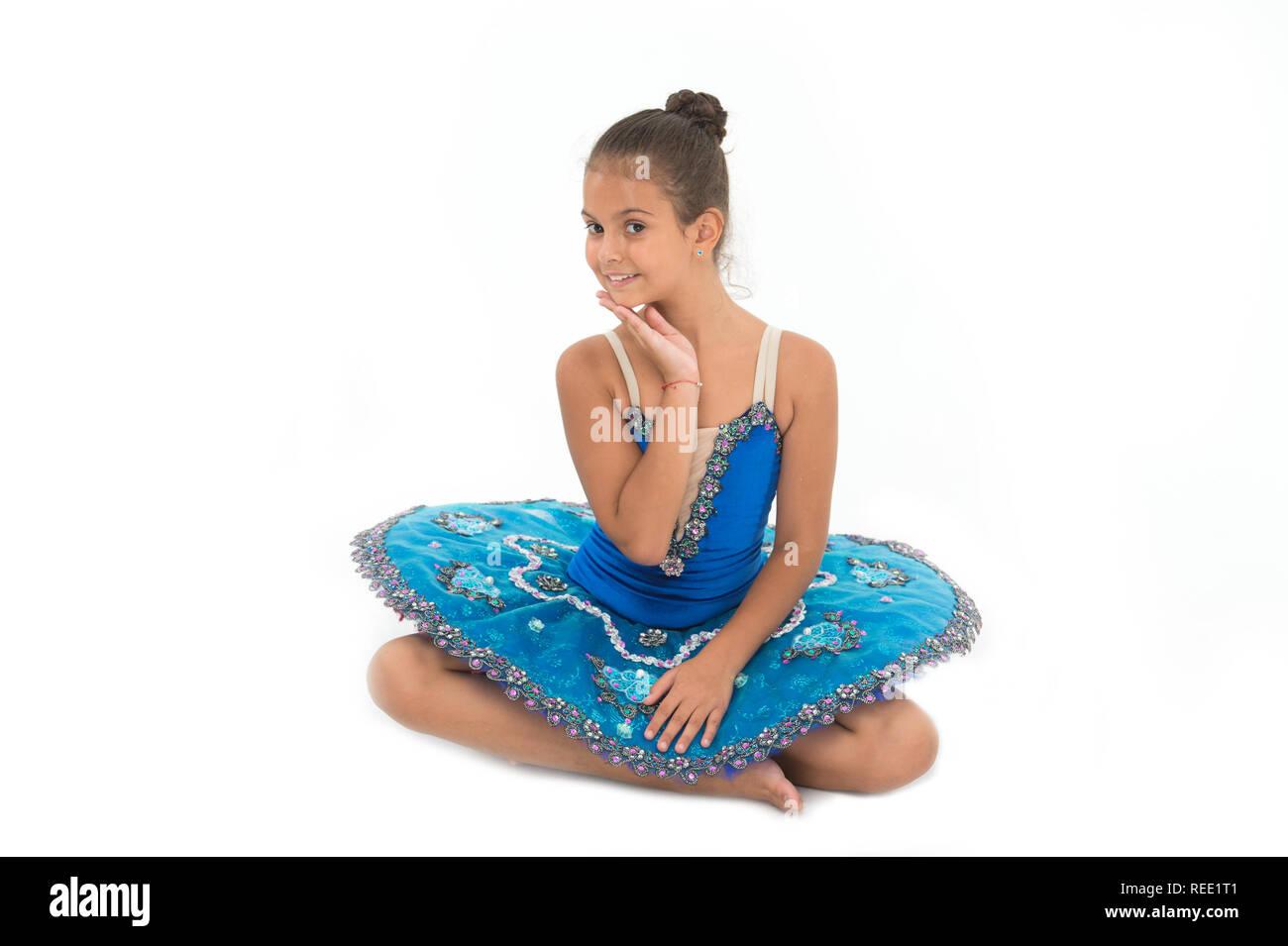 kid blaues kleid mit ballett rock mit weißem hintergrund