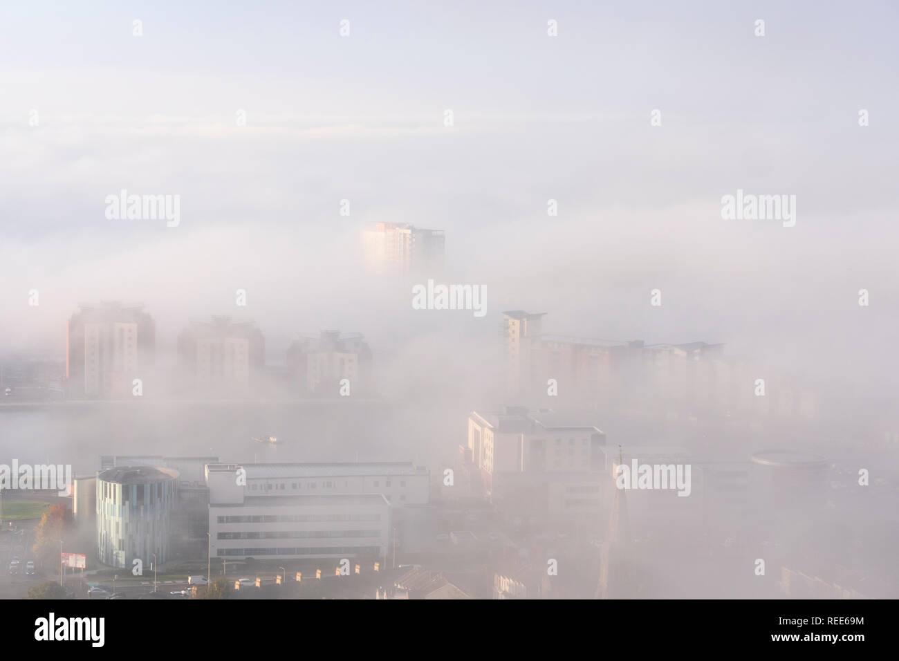 Überblick über Swansea City einschließlich Marina Meridian Quay Swansea Wales im Nebel Stockfoto
