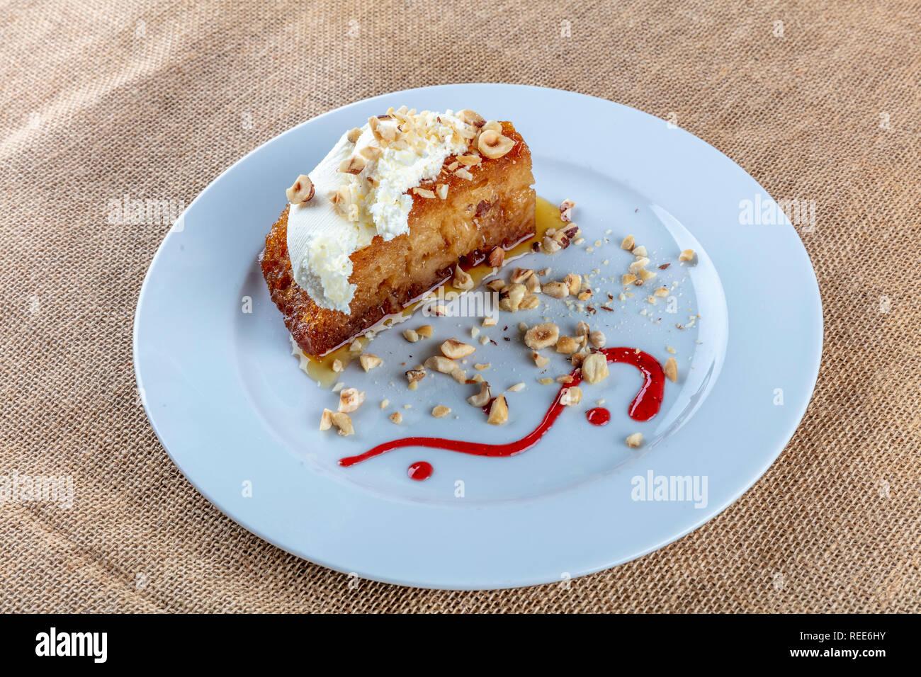 Turkisches Dessert Ekmek Kadayifi Brot Pudding Mit Sahne Auf Weiss