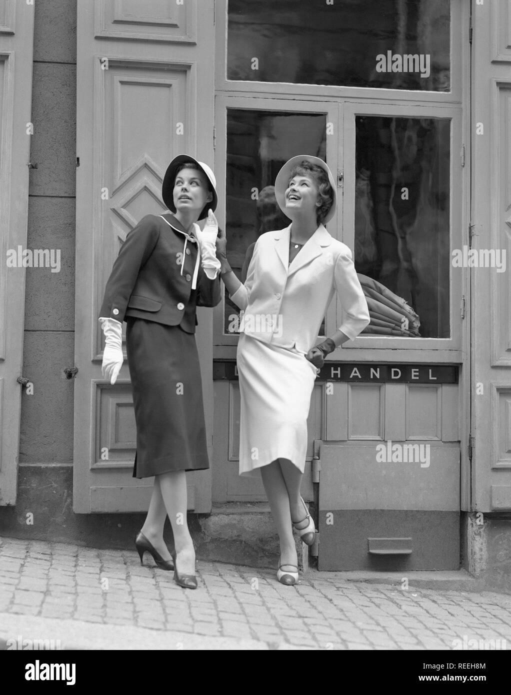 Mode in den 16er Jahren. Zwei junge Frau trägt die typischen 16er