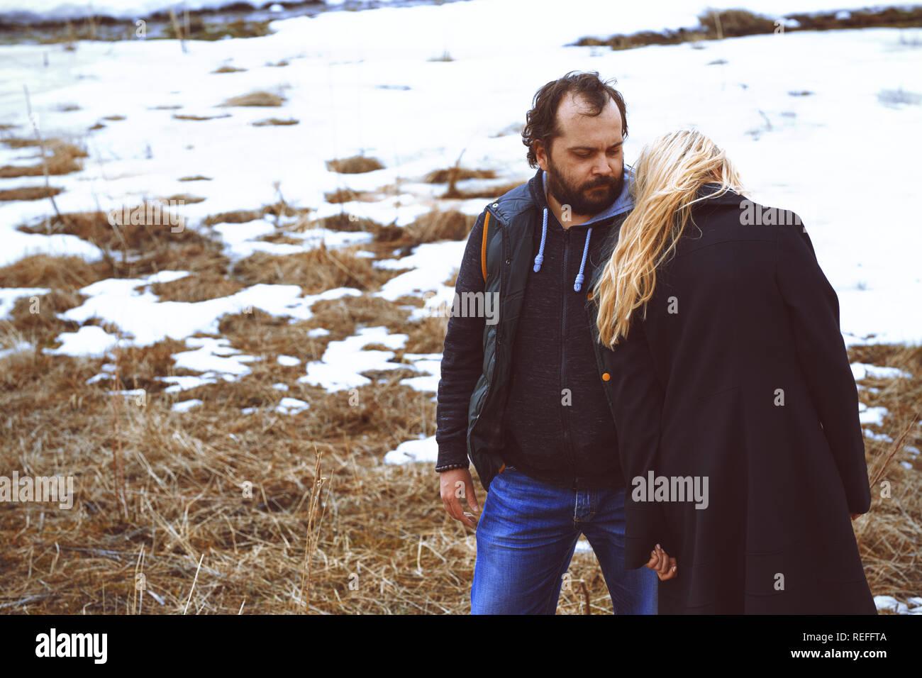 Paar im Winter Landschaft Stockbild